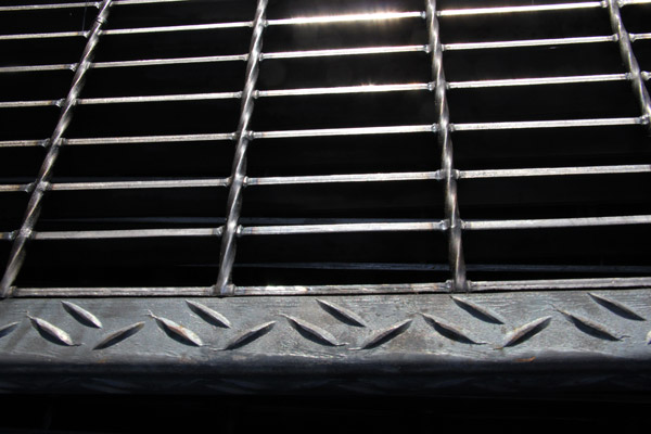 serrated-bar-gratings